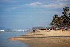 Немноголюдный пляж Колва